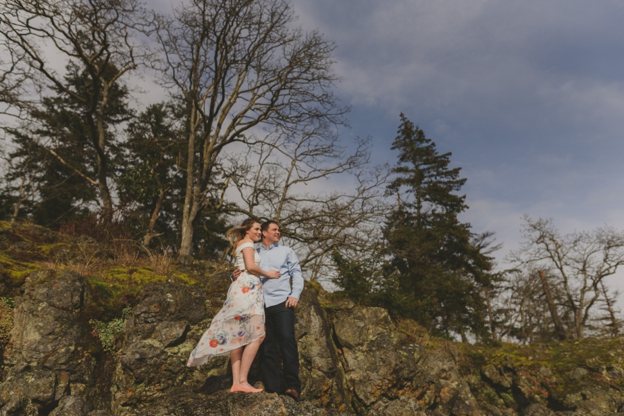 vancouver-island-bc-engagement-couple on a cliff top